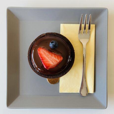 Erdeigyümölcs-csokoládé tart